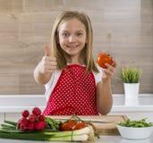 Belle petite fille faisant cuire dans la cuisine Photos libres de droits