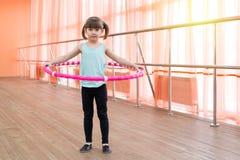 Belle petite fille faisant des sports Image stock