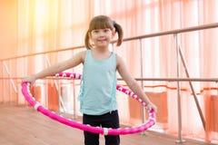 Belle petite fille faisant des sports Image libre de droits
