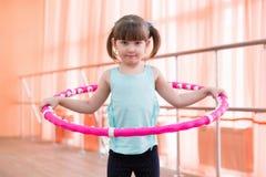 Belle petite fille faisant des sports Images libres de droits
