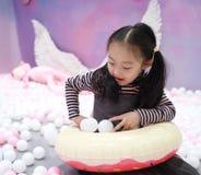 Belle petite fille gaie jouant l'au sol de plaisir sur le terrain de jeu Image stock