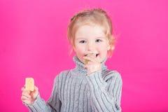 Belle petite fille heureuse avec la sucrerie Image stock