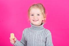 Belle petite fille heureuse avec la sucrerie Photos stock