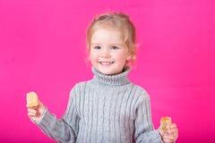 Belle petite fille heureuse avec la sucrerie Photographie stock libre de droits