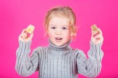 Belle petite fille heureuse avec la sucrerie Images libres de droits