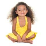 Belle petite fille hispanique s'asseyant sur le plancher Images libres de droits
