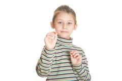 Belle petite fille jouant des dards Image libre de droits