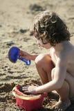 Belle petite fille jouant sur la plage Photographie stock libre de droits