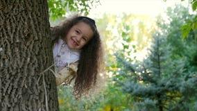 Belle petite fille mignonne européenne joyeuse élégante de sourire heureuse à la mode dans un gilet blanc et de longs cheveux bou banque de vidéos