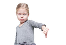 Belle petite fille montrant des pouces vers le bas d'isolement Photos libres de droits