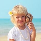Belle petite fille par la mer Photo libre de droits