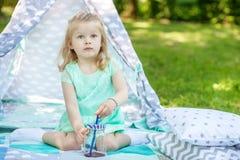 Belle petite fille préscolaire jouant en parc Le concept photo stock