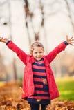 Belle petite fille riante d'enfant en bas âge Image libre de droits
