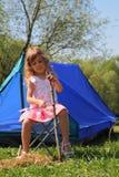 Belle petite fille s'asseyant près de la tente Photographie stock