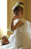 Belle petite fille sentant la fleur Photo libre de droits