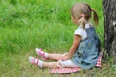 Belle petite fille sur la nature Image libre de droits