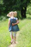 Belle petite fille sur la nature, Photos stock