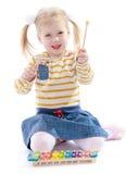 Belle petite fille tenant un marteau pour image libre de droits