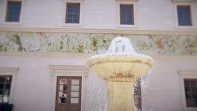 Belle petite fontaine au centre de la ville clips vidéos