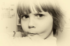Belle petite jeune fille faisant un visage image stock