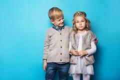 Belle petite princesse et garçon beau Amitié Amour valentine Portrait de studio au-dessus de fond bleu Photo stock