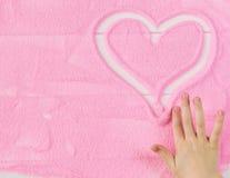Belle photo de la main humaine du ` s d'enfant de coeur Photos stock