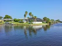 Belle photo de maison par la voie d'eau Photo stock