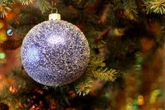 Belle photo de Noël avec l'arbre et la boule de Noël Image stock