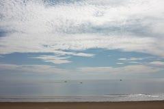 Belle photo de plage de sable et de mer bleue sous le ciel nuageux images libres de droits