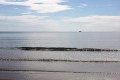 Belle photo de plage de sable et de mer bleue sous le ciel nuageux photographie stock libre de droits
