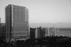 Belle photo noire et blanche des bâtiments à côté de l'océan image libre de droits