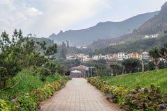 Belle piccole case del villaggio nell'ambito dell'orizzonte delle montagne Immagine Stock