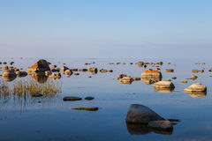 Belle pietre nella baia del Mar Baltico a Immagini Stock