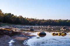 Belle pietre nella baia del Mar Baltico a Fotografie Stock