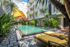 Belle piscine à l'hôtel bon marché photographie stock