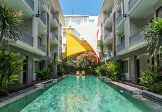 Belle piscine à l'hôtel bon marché photographie stock libre de droits