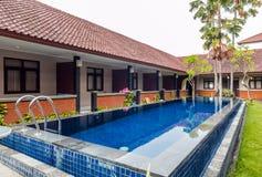 Belle piscine à l'hôtel bon marché photo libre de droits