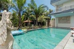 Belle piscine à l'hôtel bon marché images libres de droits