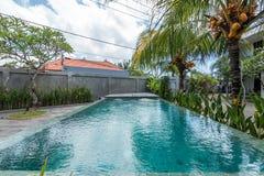 Belle piscine à l'hôtel bon marché image stock
