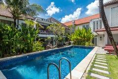 Belle piscine à l'hôtel bon marché image libre de droits