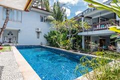 Belle piscine à l'hôtel bon marché photos libres de droits