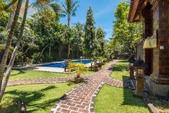 Belle piscine à l'hôtel tropical Photographie stock libre de droits