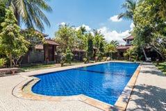 Belle piscine à l'hôtel tropical Photo libre de droits