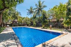 Belle piscine à l'hôtel tropical Images libres de droits
