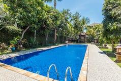 Belle piscine à l'hôtel tropical Photo stock