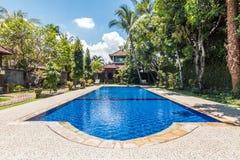 Belle piscine à l'hôtel tropical Image libre de droits