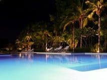 Belle piscine à la vue de nuit avec la chaise autour photos stock