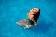 Belle piscine appréciante femelle photographie stock libre de droits