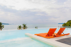 Belle piscine avec la meilleure vue de mer Photographie stock libre de droits