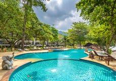 Belle piscine dans la station de vacances tropicale publique, Koh Chang, T Image stock